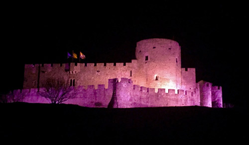 La Adrada tiñe de rosa su castillo