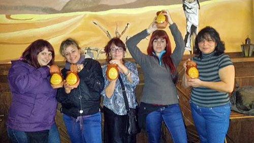 Estas cinco chicas muestran orgullosas y contentas, sus cinco trofeos «Yo sí que pude».