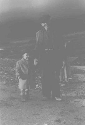 El abuelo Eladio con su nieto Juan Carlos (Juanki) en la subida del castillo. (1960-61)