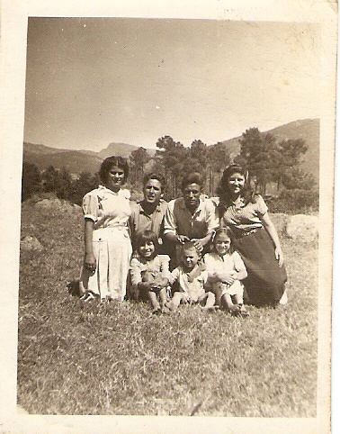 """Gaspar Rivas y Dominga González con su hermana María e hijos en """"La Cotá"""