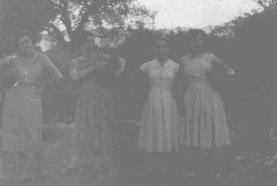 A la fuente. Irene con sus amigas yendo a por agua a la fuente Cervera. (Principio de los años cincuenta).