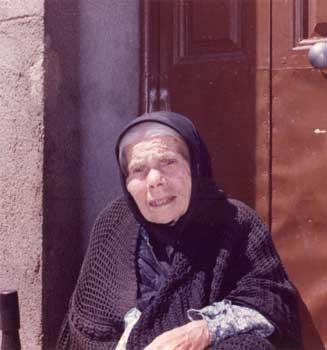 Abuela en la puerta de su casa.