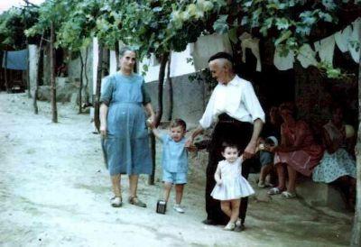 Abuelos Eladio y Pifa con sus nietos en el Torrejón