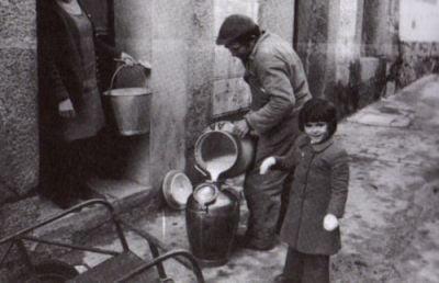 Benito Domínguez llenando el cántaro de la leche - Año 1950