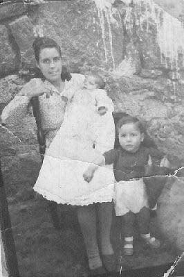 Carmen Hernández con sus hijos Julio y Antonio Cuerva - Años 60
