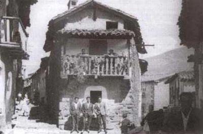Casa del Tío Talís (1950). En el balcón el Tío Talís y su esposa Trini.