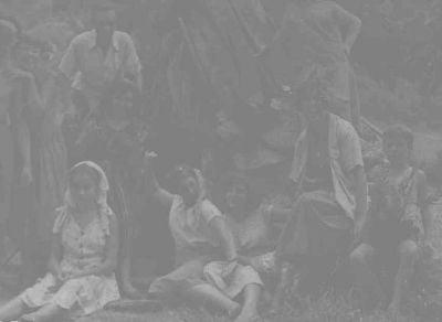 De juerga. Esta foto muestra la juventud de la época (finales de los cuarenta, principios de los cincuenta), de juerga en una choza que construyeron en el monte, un poco más arriba de donde están ahora Los Castaños de La Villa. La que está a la derecha partiéndose de risa es Irene Gabriel Ruda.