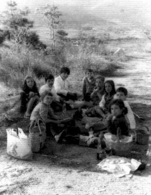 De merendilla - Mediados de los 70. Delante Irene con su madre, la abuela Pifa. Detrás su hija Carmen con su prima Conchi, y entre otros la Tía Teodosia. (Mediados de los 70)