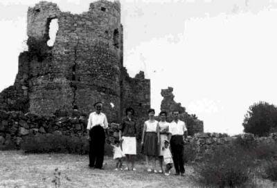 El abuelo Eladio con parte de la familia, enseñando el castillo a unos veraneantes de Madrid. (Principios de los 60)