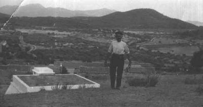 El abuelo Eladio en la explanada del castillo.
