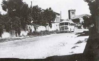 El autobús entrando en el pueblo. Año 1960.