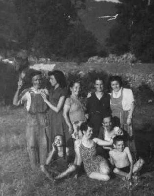En el campo. De pie el abuelo Eladio, su hija Mari, La Tía Jesusa, La abuela Pifa, y la Tía paca (hermana de Martín). Delante, en bañador, Irene. (Años 50)