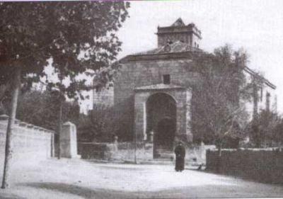 Iglesia de El Salvador hacia 1950. Siendo párroco D. Damián, al que se puede ver en la foto
