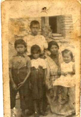 Jacinta con sus hijos Polonio, Poli, Paco y Juanilla.