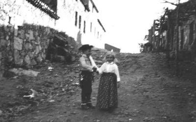Los primos Juan Carlos y Marita en el Torrejón, durante los carnavales de La Adrada. (Principio de los sesenta)