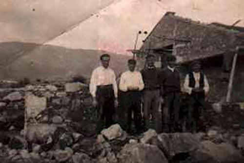Grupo de mamposteros construyendo casa en La Adrada aproximadamente año 1.935. A la derecha de la foto, el abuelo Eladio.