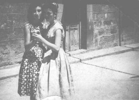 Irene Gabriel Ruda, a la derecha, bailando con su hermana María, durante las fiestas de El Salvador . Está foto debió ser tomada entre 1945 y 1948. Baile en la plaza.