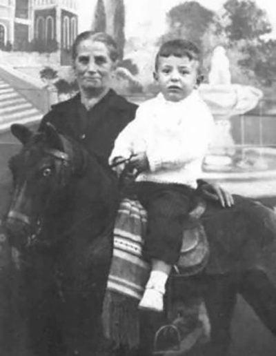 La abuela Pifa con su nieto Juanki (1960)