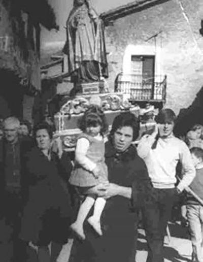 Procesión de San Blas 1969. Primer plano Irene con su hija Carmen.