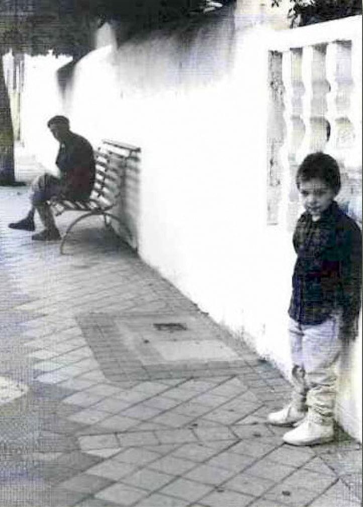 Martín en el banco esperando el autobús