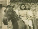 Francisca Lanchas y Olvido, a caballo. Años 50