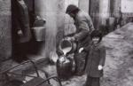 Benito Dominguez llenando el cántaro de la leche. Año 1950